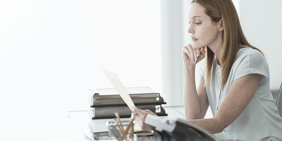 Atradius Kreditversicherung - businesswoman reading document